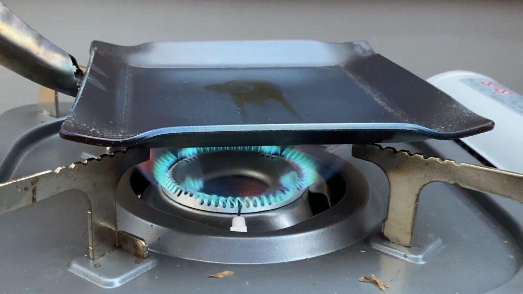 鉄フライパンを火にかける