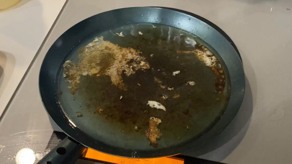 鉄フライパンに水を入れて火にかける