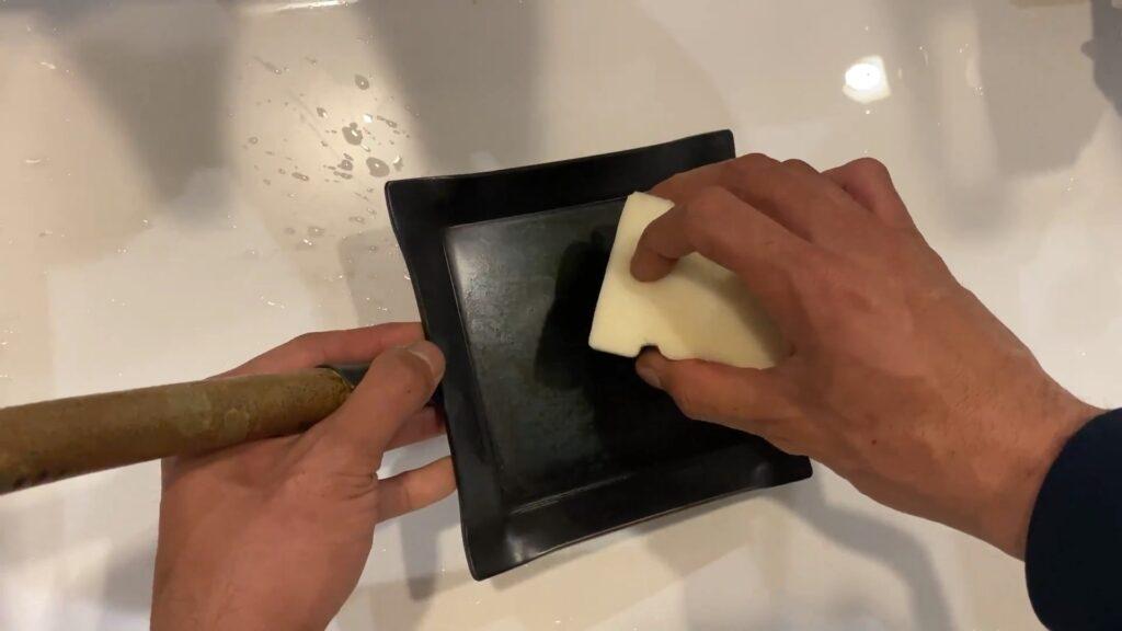 鉄フライパンを洗う