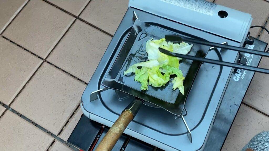 野菜くずを炒める